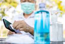 Utilizando paños con agua y jabón o alcoholes desinfectantes